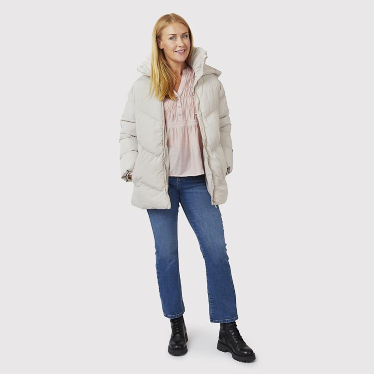 Värmande jacka med blus och flare jeans