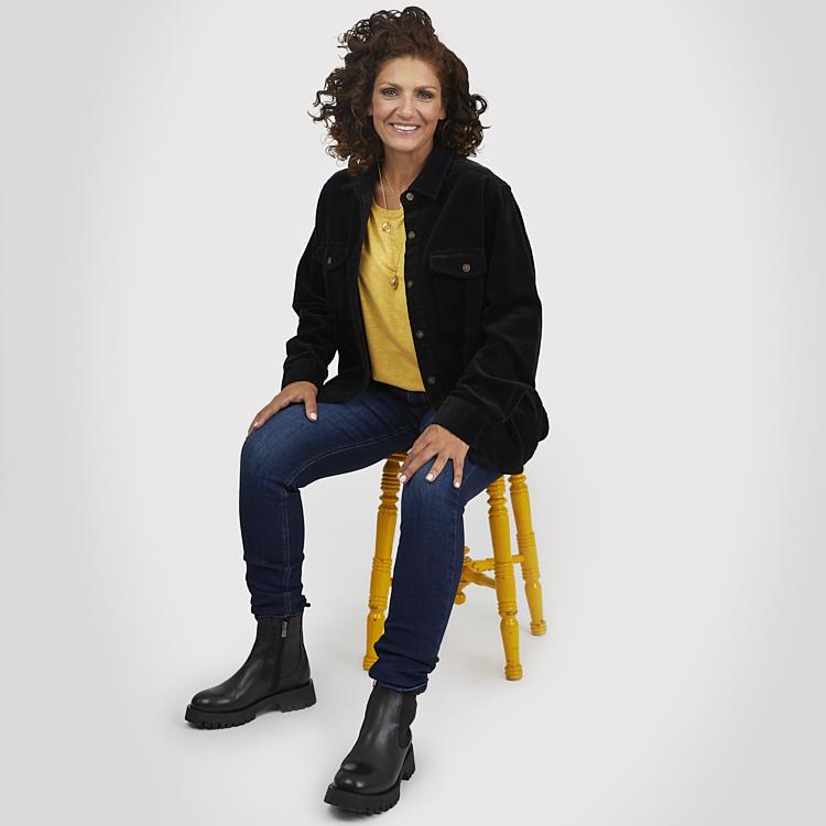 Overshirt i manchester med gul topp och jeans