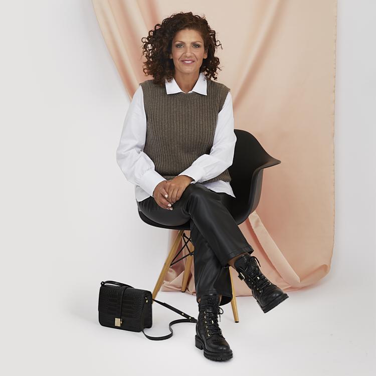 Skjorta och väst med byxor i läderimitation