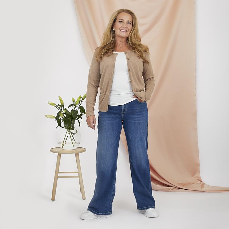 Vida jeans med klassisk topp och kofta