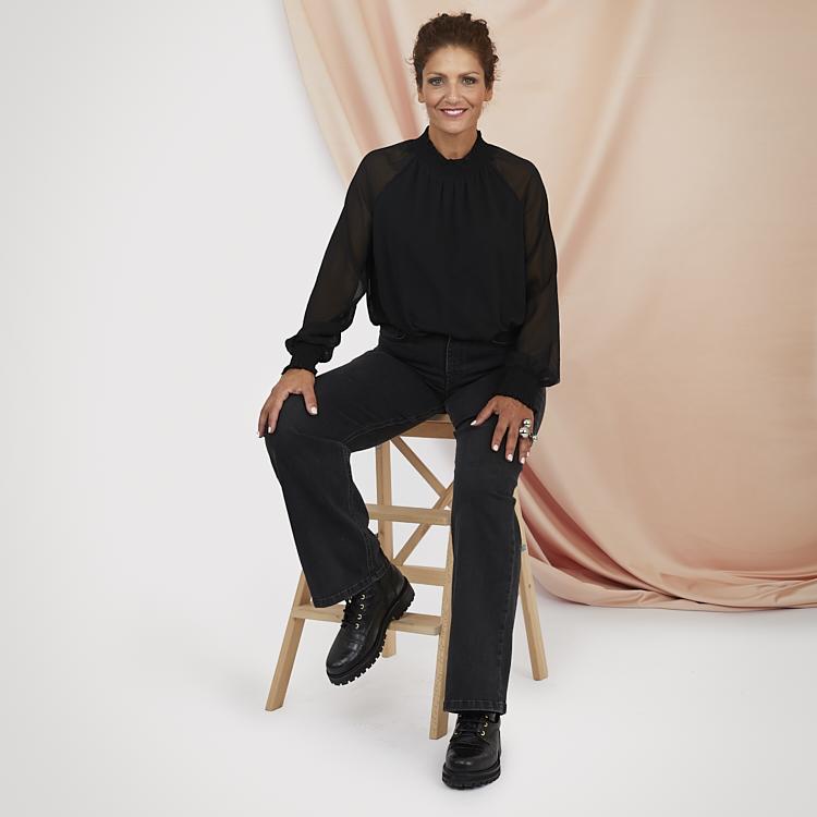 Svarta jeans med tuff svart blus