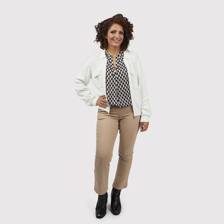 Chinosinspirerade byxor med Lizette blus och kofta