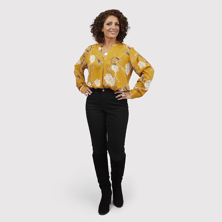 Blus i härlig gul färg och svarta byxor