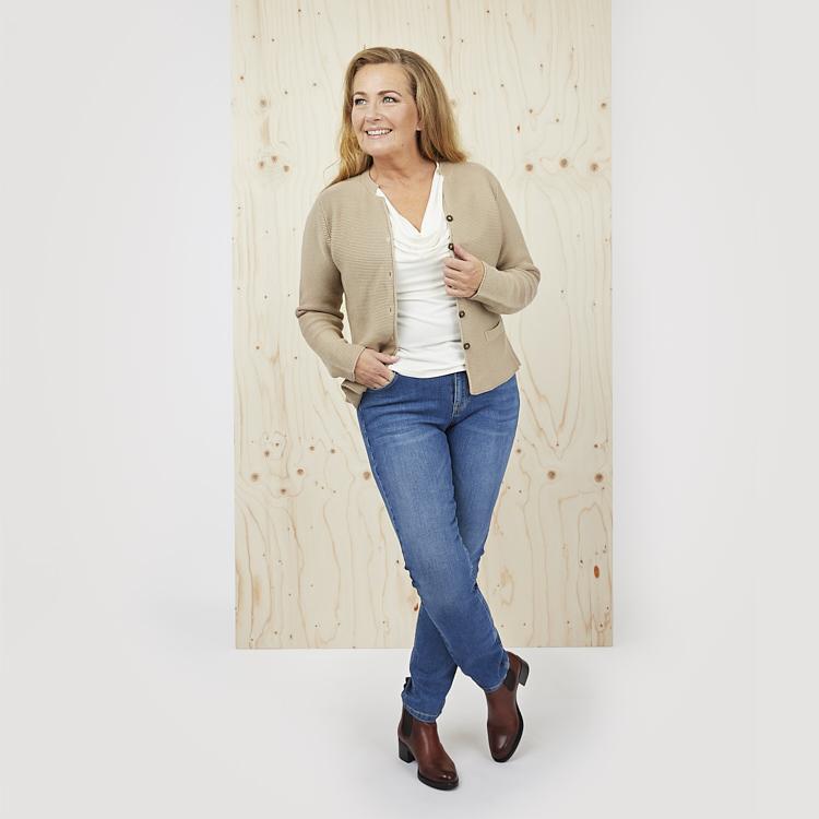 Draperad topp med kofta och klassiska Alice jeans