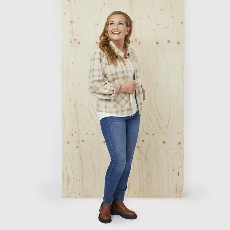 Klassisk topp och jeans med tunnare höstjacka