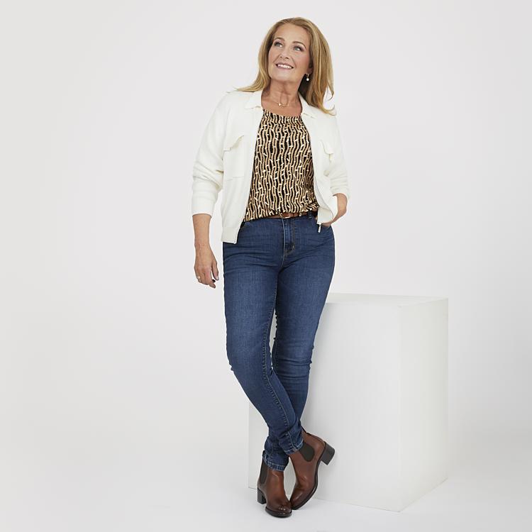 Mörka jeans med mönstrad topp och fin kofta