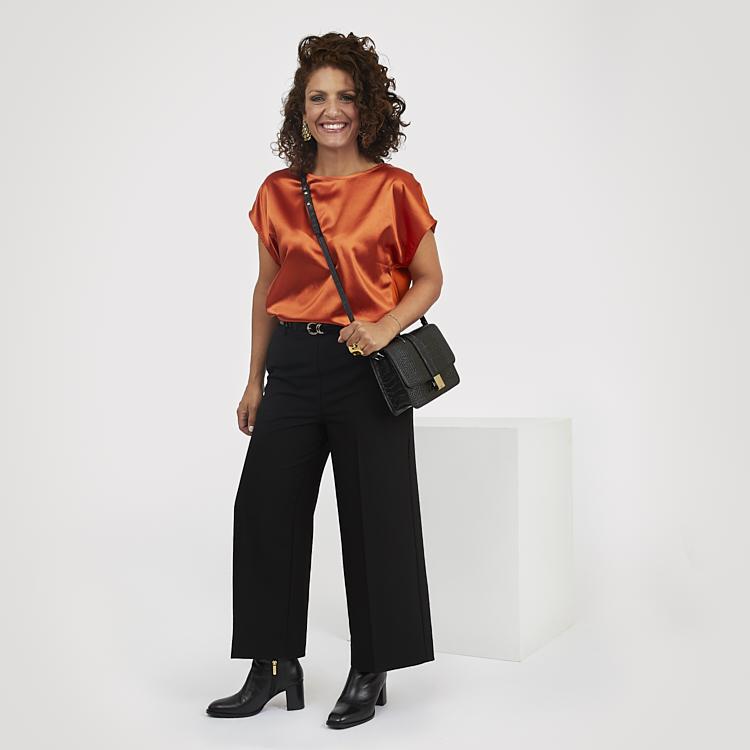 Svarta kortare byxor och topp med uppiggande färg