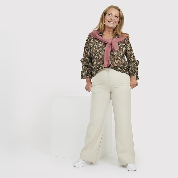 Ljusa byxor med grym passform och fin mönstrad blus